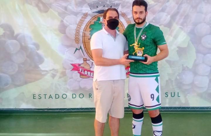 Gabriel Toscan da Silva, do Alfredão, recebe o troféu de goleador