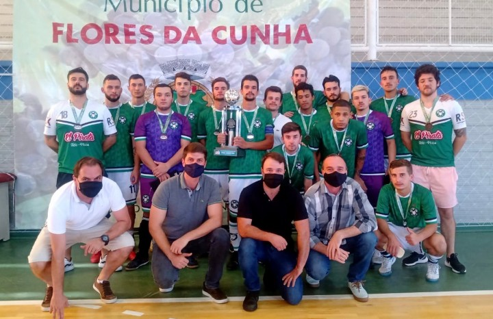 Atletas e dirigentes do Alfredão recebem o troféu de vice-campeão