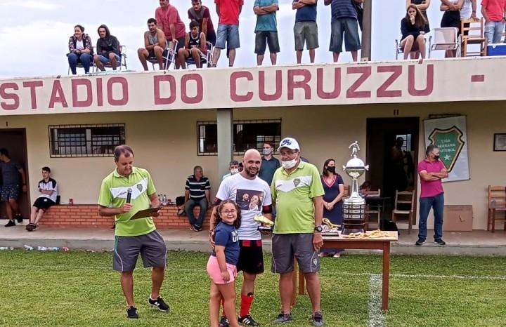 Silvio Fillipi, do E.C Ferroviário, recebeu o troféu de Goleador do campeonato