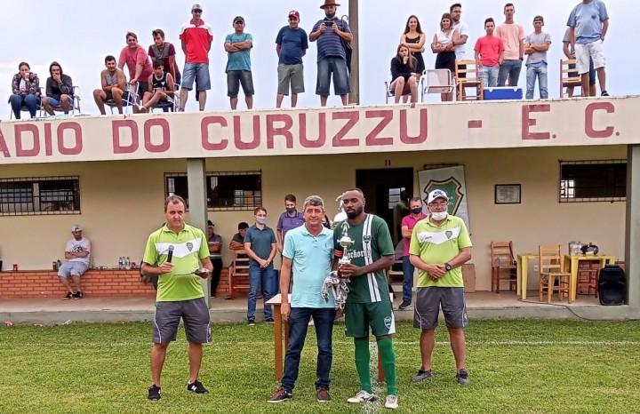 Capitão Diego Lima recebe o troféu de vice-campeão das mãos do vice-prefeito Inácio Sonda