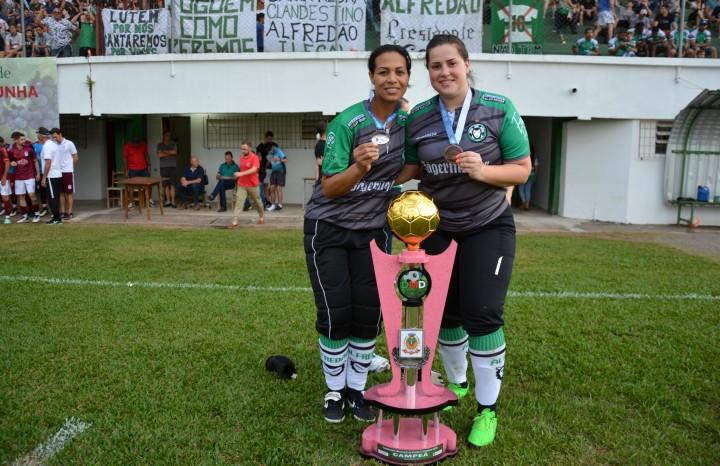 As goleiras Sandra Carneiro (E) e Caroline Alessi (D) sempre atuaram na mesma equipe, revezando entre titular e reserva