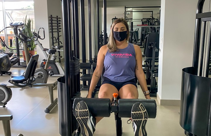 Mesmo com a academia fechada por cerca de 20 dias, Flávia mante os exercícios em casa