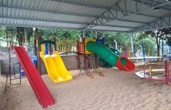 Playground com brinquedos para crianças