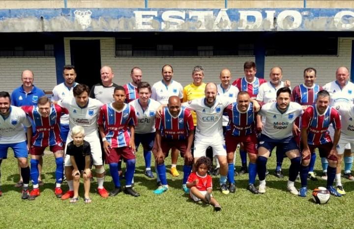 Atletas do Cruzeiro e Pedancino antes do início da partida