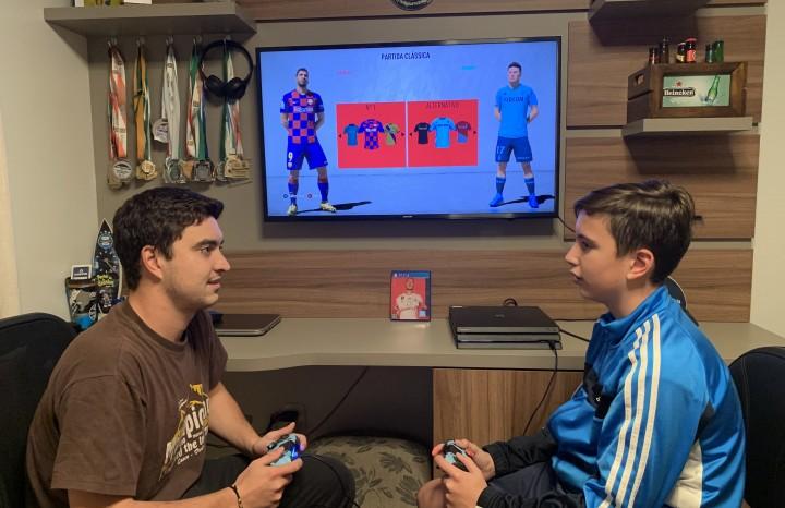 Os irmãos Gustavo e Guto Sonda disputam partidas do jogo FIFA20
