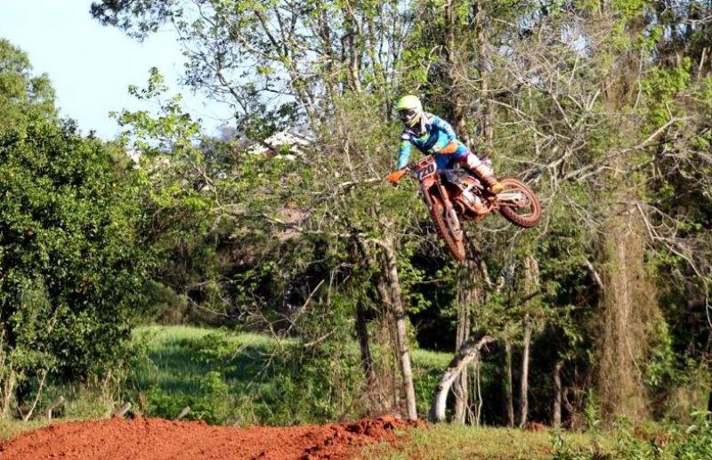 Pilotos somam pontos importantes e seguem na liderança do Centro Serra de Motocross