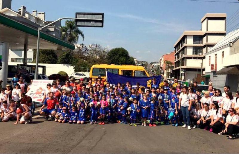 Escola ATE/FC Iniciação Esportiva marca presença no Desfile da Independência