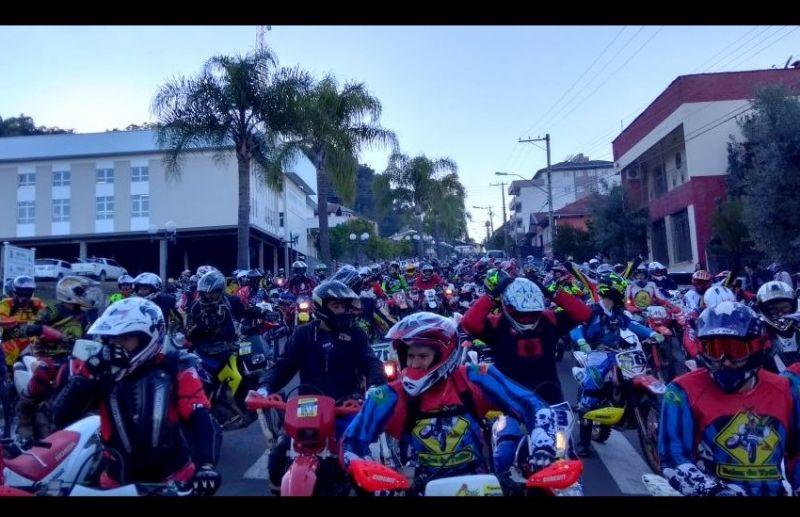 Encontro de trilheiros reúne cerca de 250 motoqueiros em Nova Pádua
