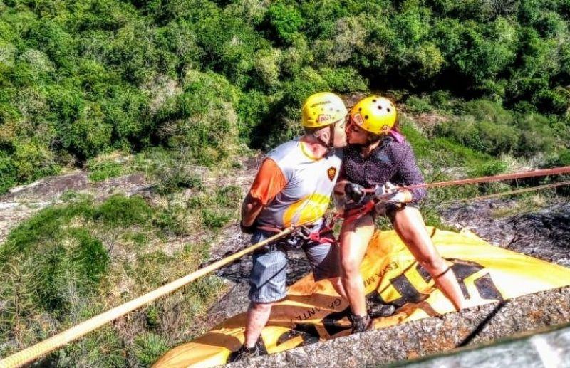 Adrenalina Vertical realiza o rapel do Dia dos Namorados