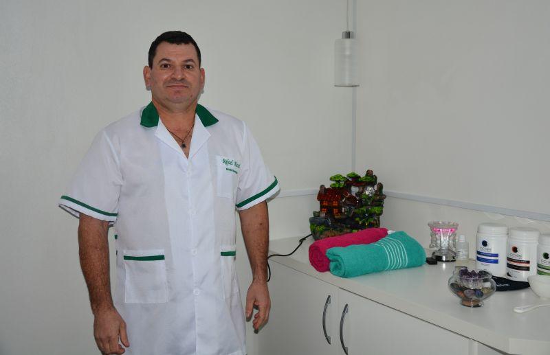 Massoterapeuta Rafael Alessi atende a domicílio: relaxe sem perder tempo
