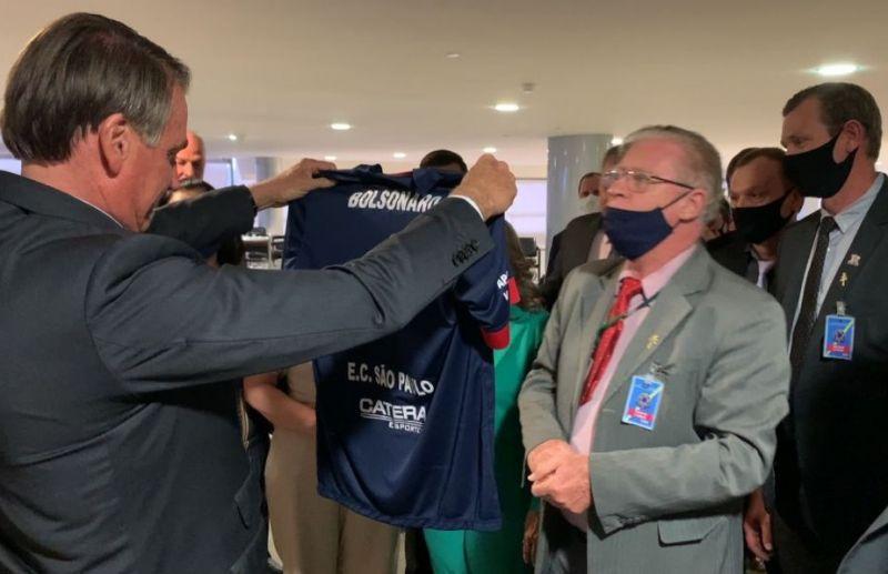 Presidente Jair Bolsonaro recebe camisa do E.C São Paulo de Antônio Prado
